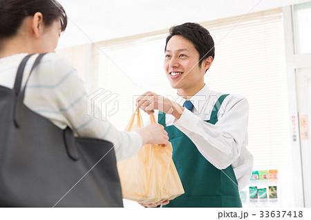 レジ 接客 袋詰め コンビニ 店員 33637418