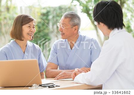 医療 診察 シニア 夫婦 医師 イメージ 33641602