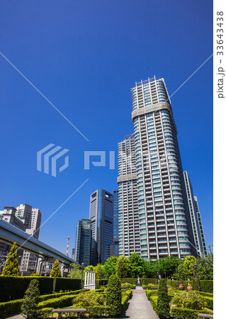 高層マンションと庭園 33643438