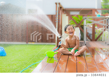 お庭 ウッドデッキ 芝生 男の子 水遊び 33644031