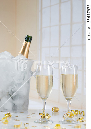 campagne in ice bucket with two flute  の写真素材 [33657978] - PIXTA