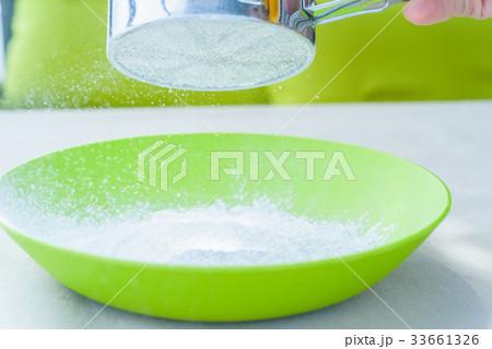 Sifting sugar powder in green bowlの写真素材 [33661326] - PIXTA