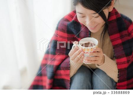 ココアを飲むニットを着た女性 33688869