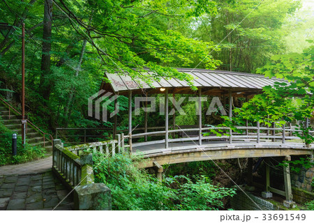 渓流に架かる屋根のある橋。 33691549