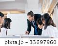 中高生と外国人教師 33697960