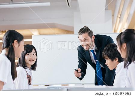 中高生と女性教師 33697962