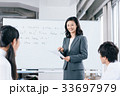 中高生と女性教師 33697979