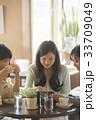 タブレット 見る 3人の写真 33709049