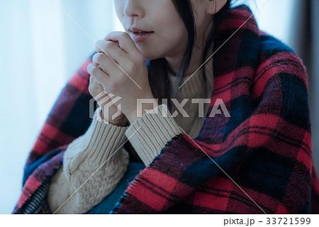 手が冷えるニットを着た日本人女性 33721599