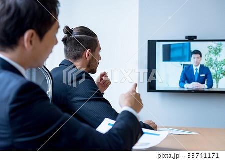 ビジネスマン、WEB会議、外国人、グローバル、打ち合わせ、ミーティング 33741171