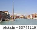ベニス・ラグーナのムラーノ島に停泊するヨット 33745119