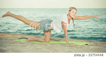 Portrait of sportswoman which is doing excercises on endurance 33754448