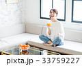 若い女性(オレンジシュース) 33759227