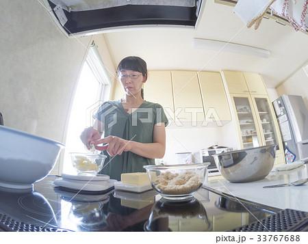 家庭での調理シーン(バターを計量) 33767688