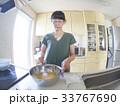 家庭での調理シーン(卵を混ぜる) 33767690