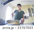家庭での調理シーン(混ぜる) 33767693