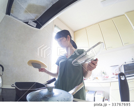 家庭での調理シーン(ホットケーキを焼く) 33767695