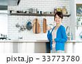 若い女性(キッチン-水) 33773780