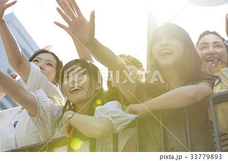 イベントに参加する女性 33779893