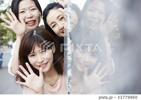 追っかけをするファンの女性 33779960