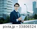 ビジネスマン(タブレットPC) 33806524