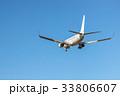 青空を滑空する旅客機 33806607