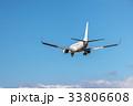 青空を滑空する旅客機 33806608