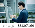 ビジネスマン(スマートフォン) 33807169