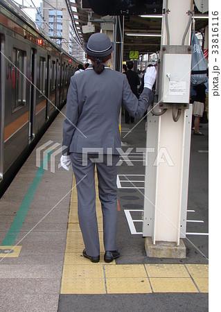 武蔵野線で乗降監視する女性車掌さん 33816116