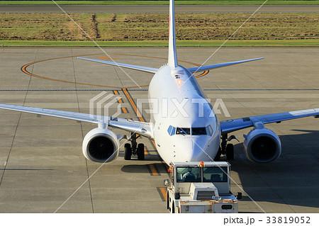 トーイングカーで牽引される飛行機 33819052