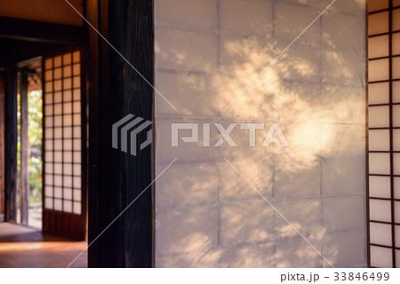 夕日のあたる日本家屋 33846499