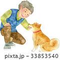 犬をなでる男性 33853540