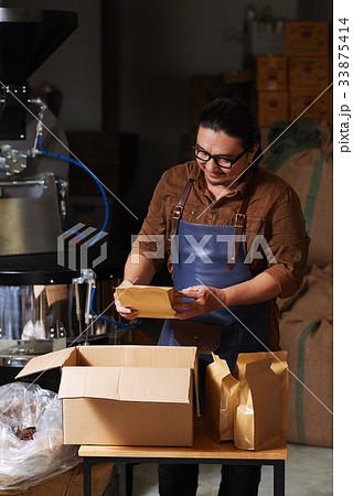 packing coffee for sellingの写真素材 33875414 pixta
