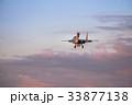 夕空を滑空する戦闘機 33877138