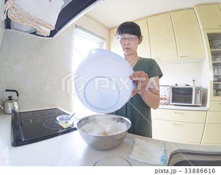 家庭での調理シーン(混ぜる) 33886616