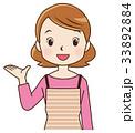 説明する女性 主婦 表情ポーズ 33892884