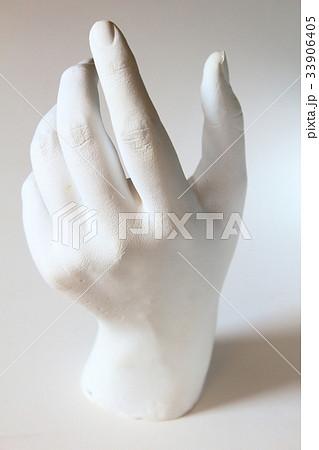 型取りされた女性の手の石膏像 33906405