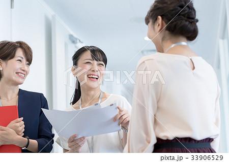 ビジネスウーマン、キャリアウーマン、オフィスカジュアル 33906529