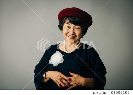 ベレー帽をかぶるシニア女性 33909105