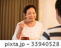 夕食を食べる日本人シニア夫婦 33940528