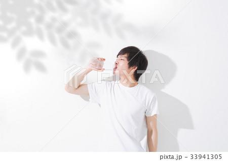 水を飲む若い男性 屋外 33941305