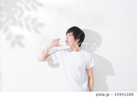 水を飲む若い男性 屋外 33941306