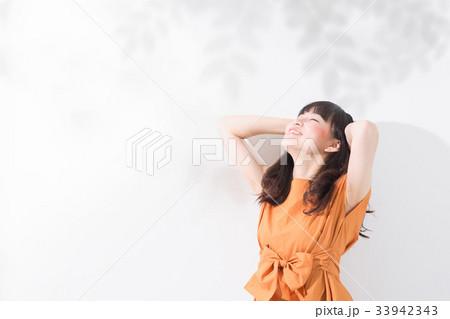 若い女性 コピースペース 33942343