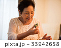 よもぎ餅を食べるシニア女性 33942658