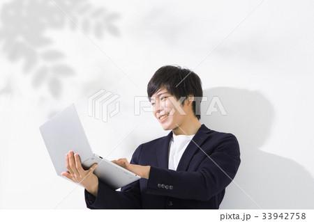 パソコンを見る男性 コピースペース 33942758
