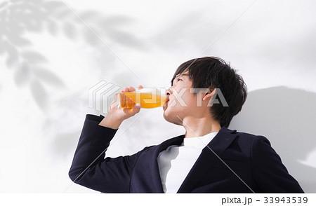 ビールを飲み干す男性 コピースペース 33943539