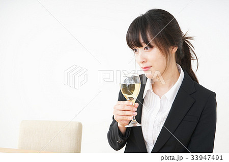 スーツ姿でお酒を飲む若い女性 33947491