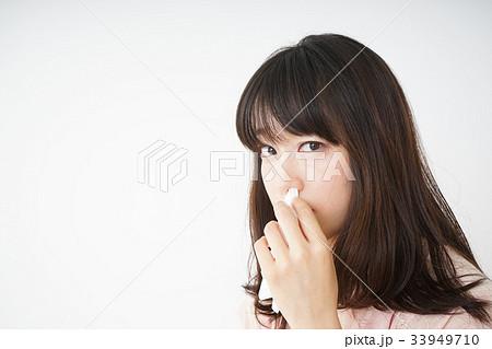 鼻血が出た若い女性 33949710