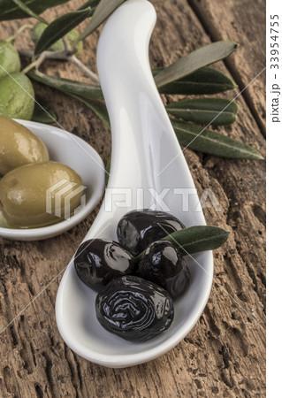 olives on wooden tableの写真素材 [33954755] - PIXTA