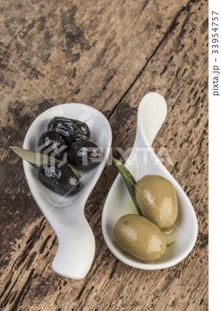 olives on wooden tableの写真素材 [33954757] - PIXTA